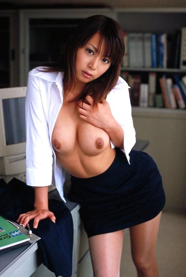 【おっぱい】誰もいない教室などで淫らに乱れる女教師のエロ画像!【30枚】 11