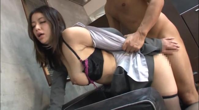 【おっぱい】おっぱいがガンガン揺れちゃう後背位セックスのエロ画像!【30枚】 08