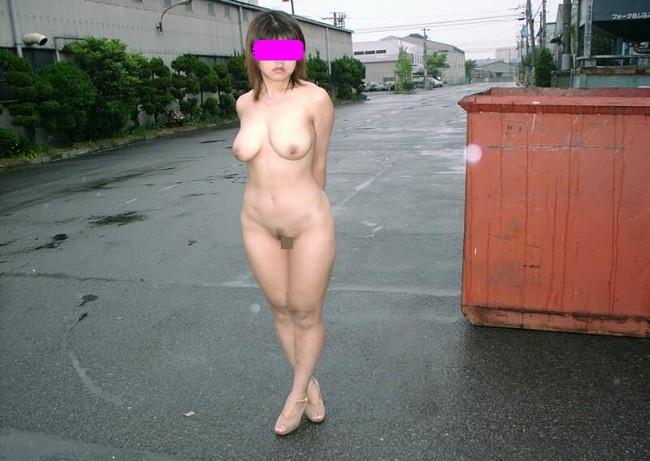 【おっぱい】大胆にも素晴らしいおっぱいを屋外で露出しているお姉さんのエロ画像!【30枚】 23
