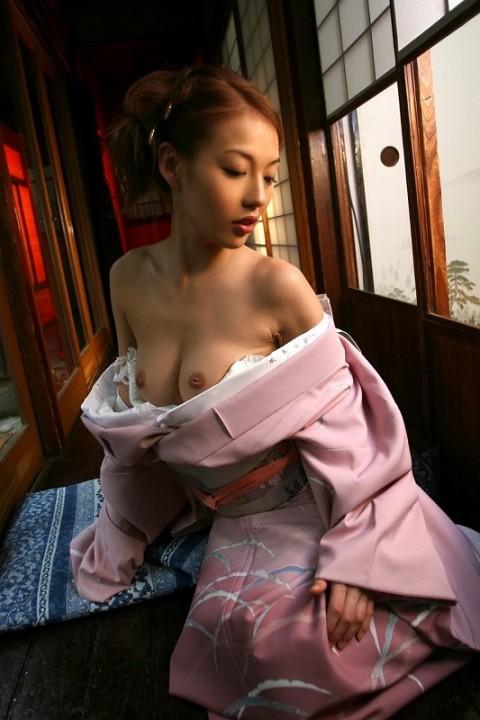 【おっぱい】和服をはだけさせて見せてる巨乳がスケベ過ぎるエロ画像!【30枚】 22