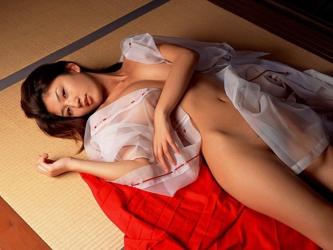 【おっぱい】新年早々おめでたい巫女さんのエロ画像!【30枚】 28