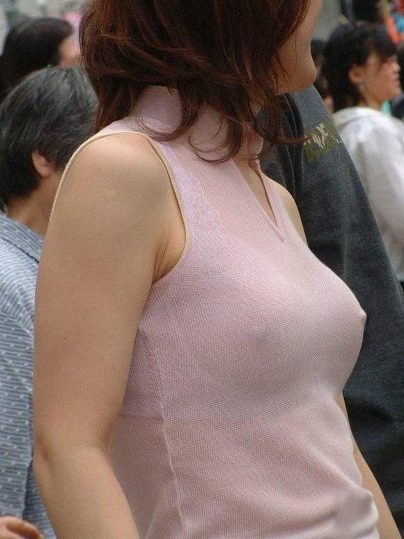 【服の上から乳首】着衣状態でもノーブラで巨乳なので乳首が完全にわかっちゃう着衣おっぱい画像集w 13