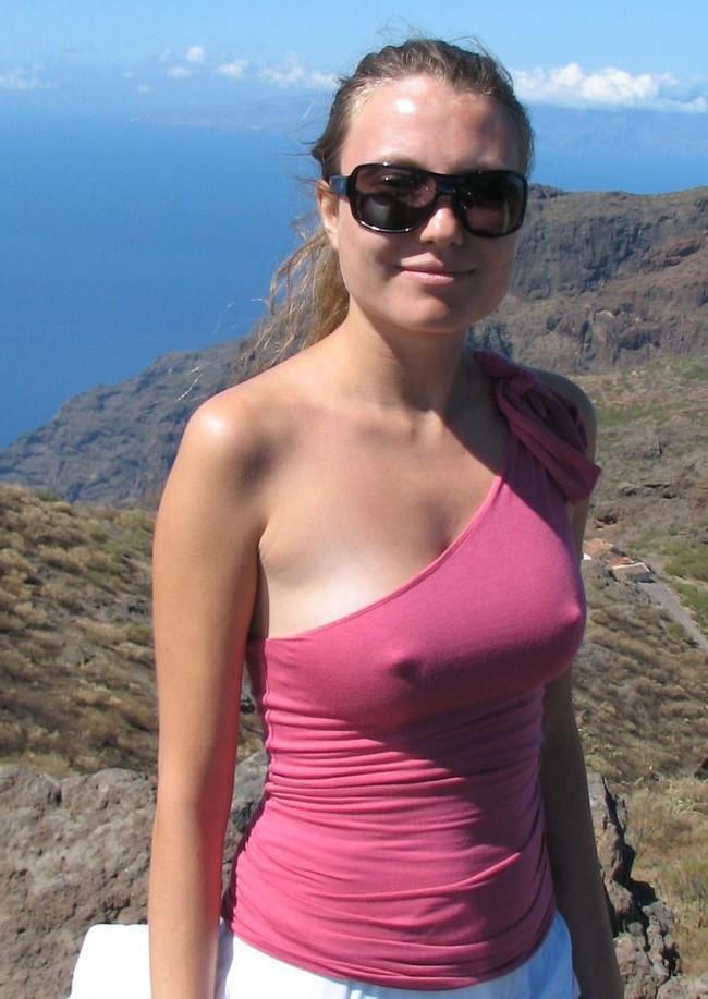 【おっぱい】服の上からでもばっちり乳首の存在が分かっちゃうエロ画像!【30枚】 27