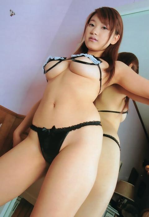 【おっぱい】ぷるんぷるんの下乳を強調しているエロ画像!【30枚】 01