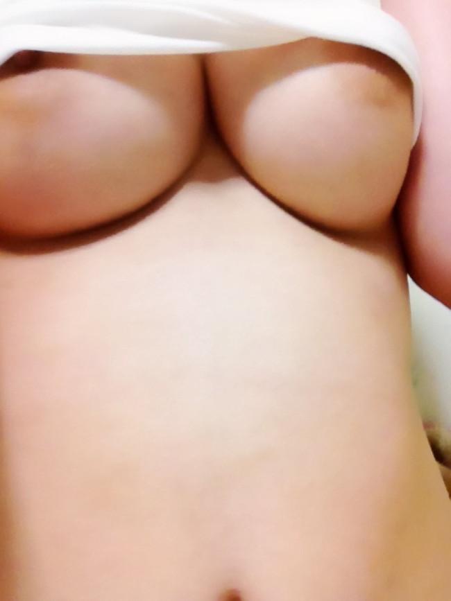 【おっぱい】ぷるんぷるんの下乳を強調しているエロ画像!【30枚】 27