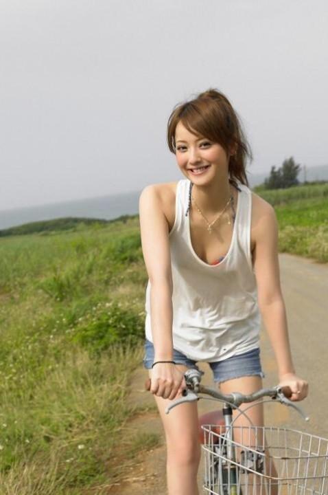 【おっぱい】巨乳が強調されているタンクトップを着用したお姉さんのエロ画像!【30枚】 09