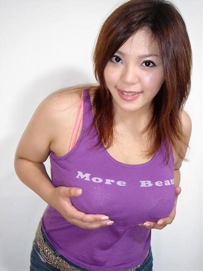 【おっぱい】巨乳が強調されているタンクトップを着用したお姉さんのエロ画像!【30枚】 15