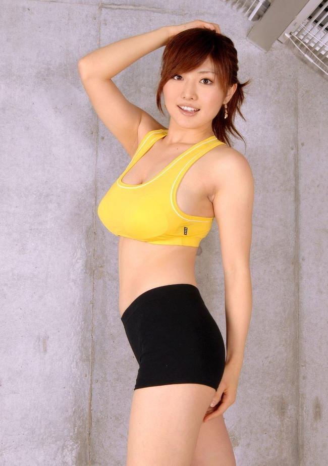 【おっぱい】巨乳が強調されているタンクトップを着用したお姉さんのエロ画像!【30枚】 29