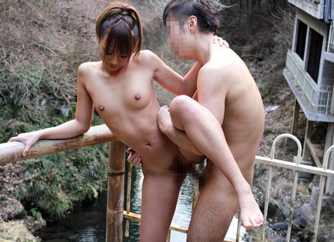 【おっぱい】混浴温泉でセックスに励んでるカップルのエロ画像!【30枚】 13