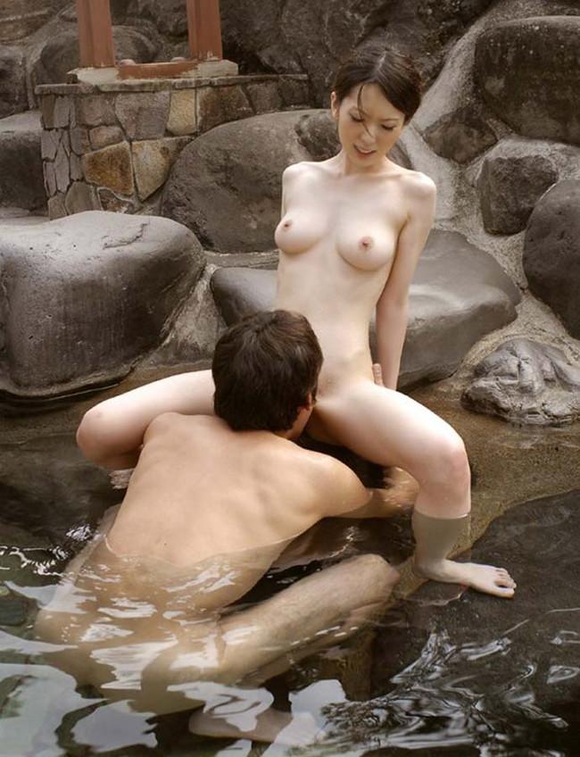 【おっぱい】混浴温泉でセックスに励んでるカップルのエロ画像!【30枚】 18