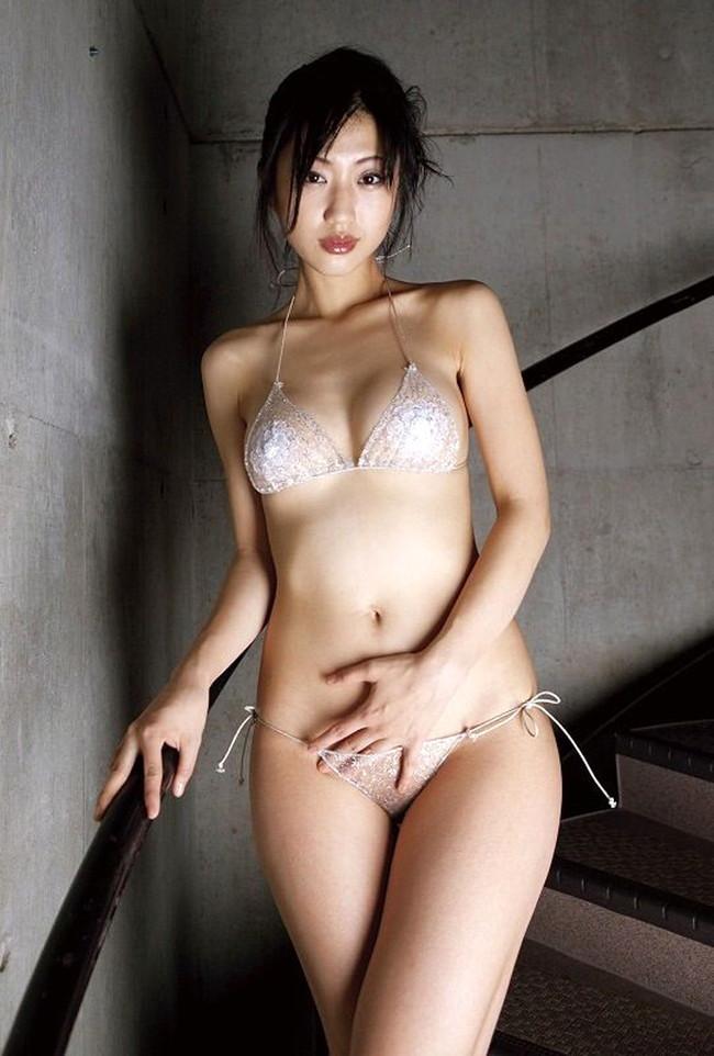 【おっぱい】マイクロビキニがセクシーでたまらないお姉さんのエロ画像!【30枚】 23