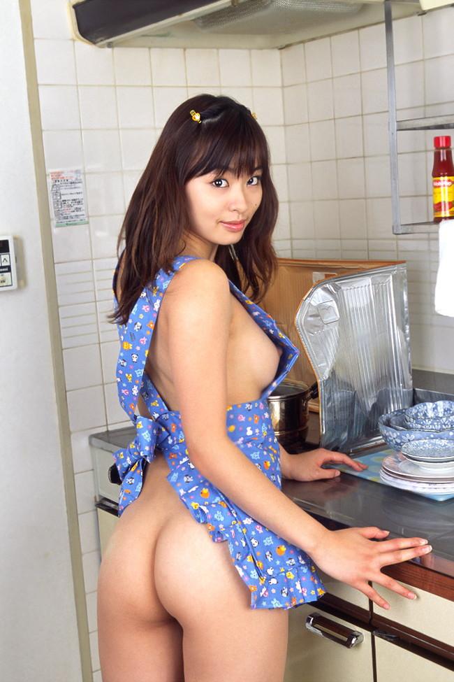 【おっぱい】裸エプロンでこちらをスケベに挑発しているお姉さんのエロ画像!【30枚】 16