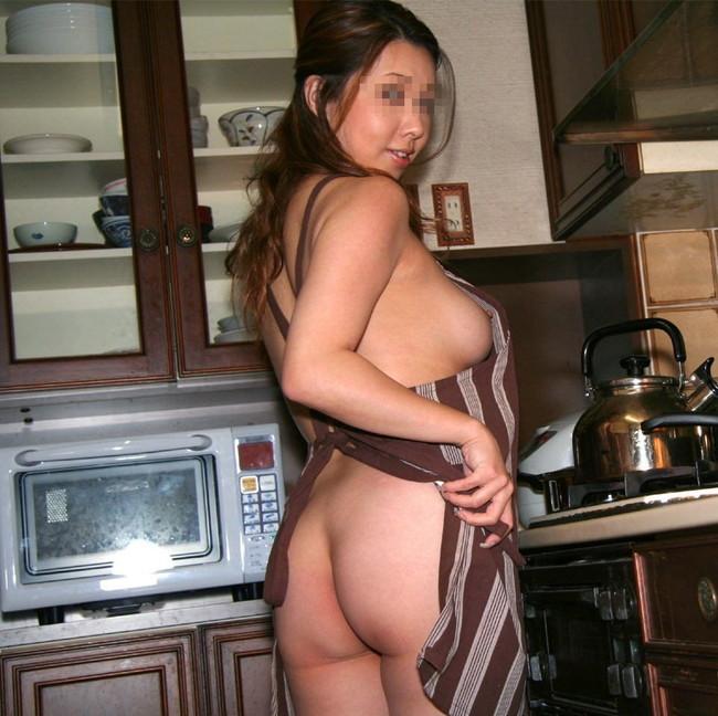 【おっぱい】裸エプロンでこちらをスケベに挑発しているお姉さんのエロ画像!【30枚】 23