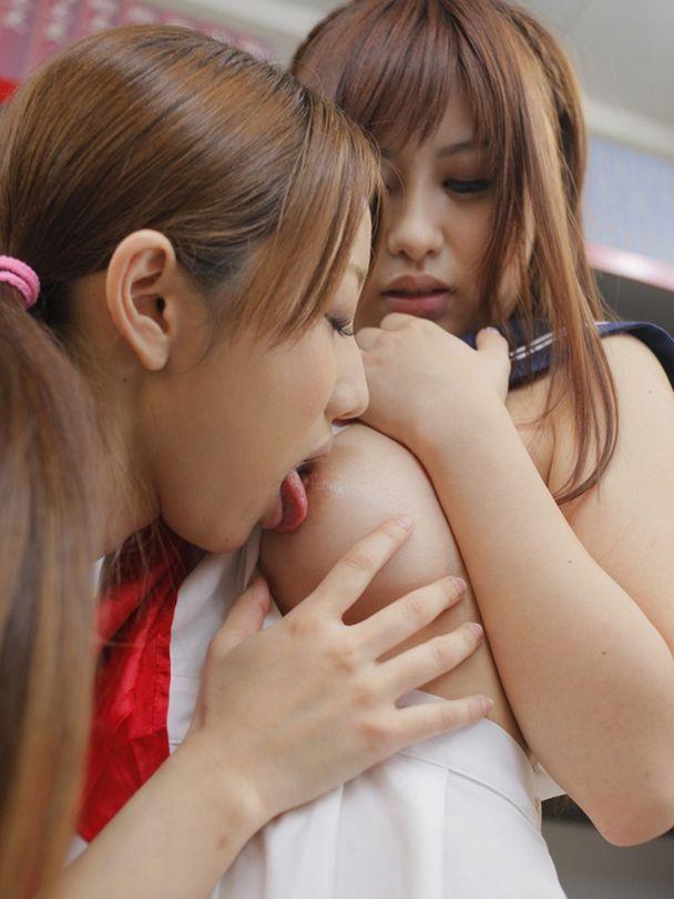 【おっぱい】おっぱい丸出しで濃厚に絡み合うレズカップルのエロ画像!【30枚】 04