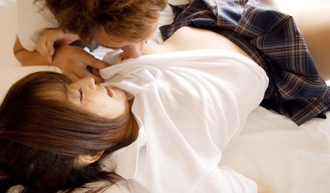 【おっぱい】ぷっくりとした乳首をいじめちゃってるエロ画像!【30枚】 17