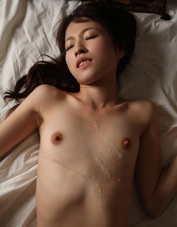 【おっぱい】貧乳おっぱいにおもいっきりぶっ掛けちゃってるエロ画像!【30枚】 07