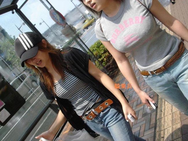 【おっぱい】真夏が恋しい!薄着になっておっぱいを強調しているお姉さんのエロ画像!【30枚】 08