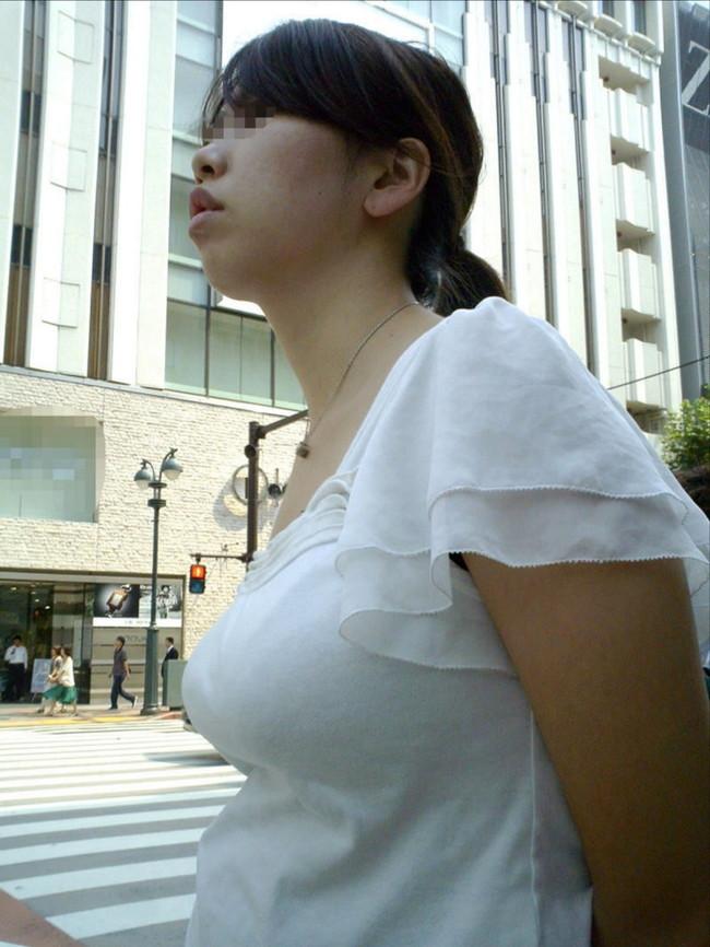 【おっぱい】服の上からでもバッチリ分かってしまう着衣巨乳のエロ画像!【30枚】 03
