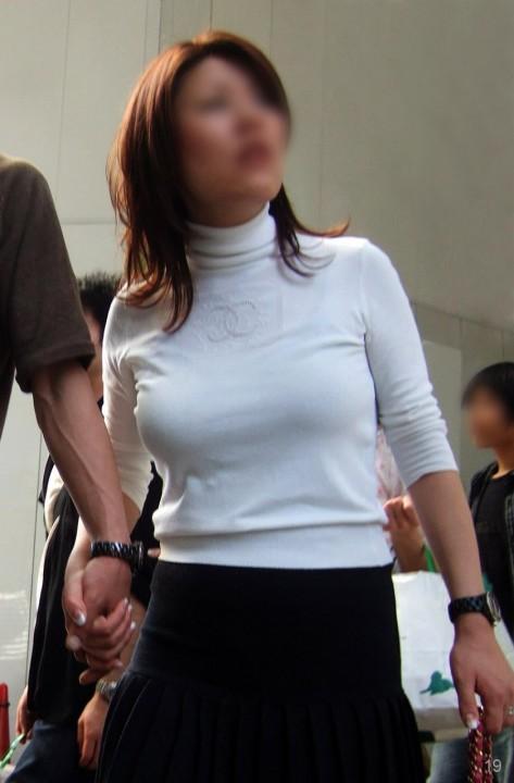 【おっぱい】服の上からでもバッチリ分かってしまう着衣巨乳のエロ画像!【30枚】 23