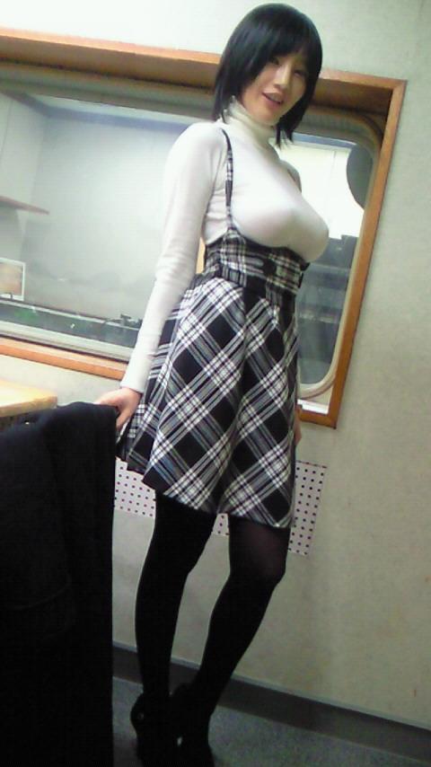 【おっぱい】服の上からでもバッチリ分かってしまう着衣巨乳のエロ画像!【30枚】 29