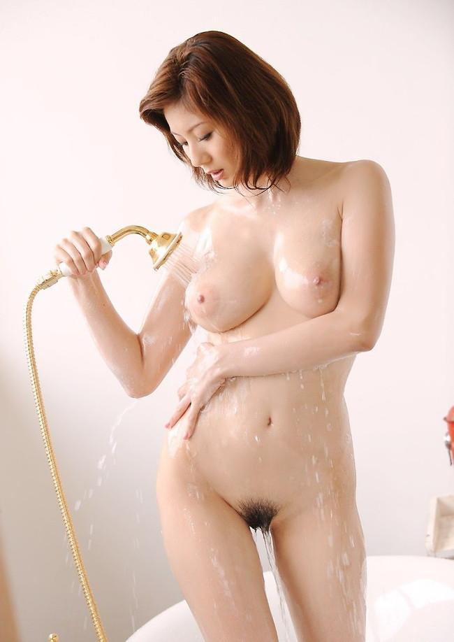 【おっぱい】シャワーを浴びている所がなんともイヤらしいお姉さんのエロ画像!【30枚】 07
