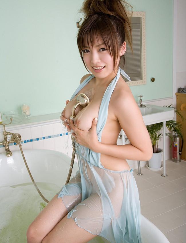 【おっぱい】シャワーを浴びている所がなんともイヤらしいお姉さんのエロ画像!【30枚】 14