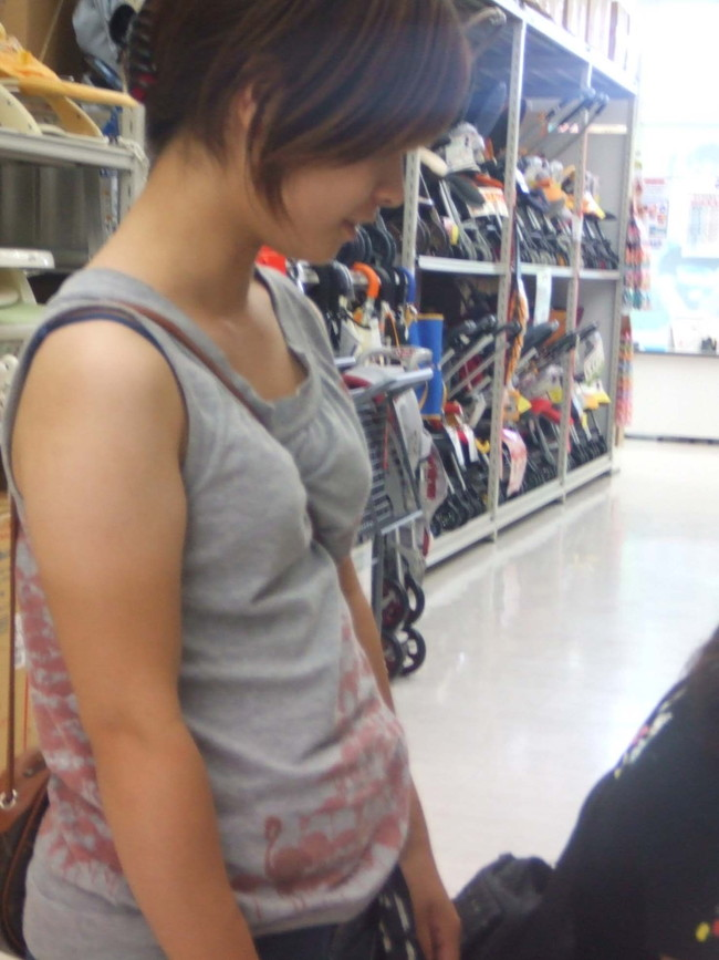 【おっぱい】パイスラでおっぱいを強調しているお姉さんのエロ画像!【30枚】 01