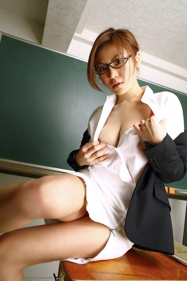 【おっぱい】教職という立場にありながら教え子とスケベ行為に励んでる女教師のエロ画像!【30枚】 01