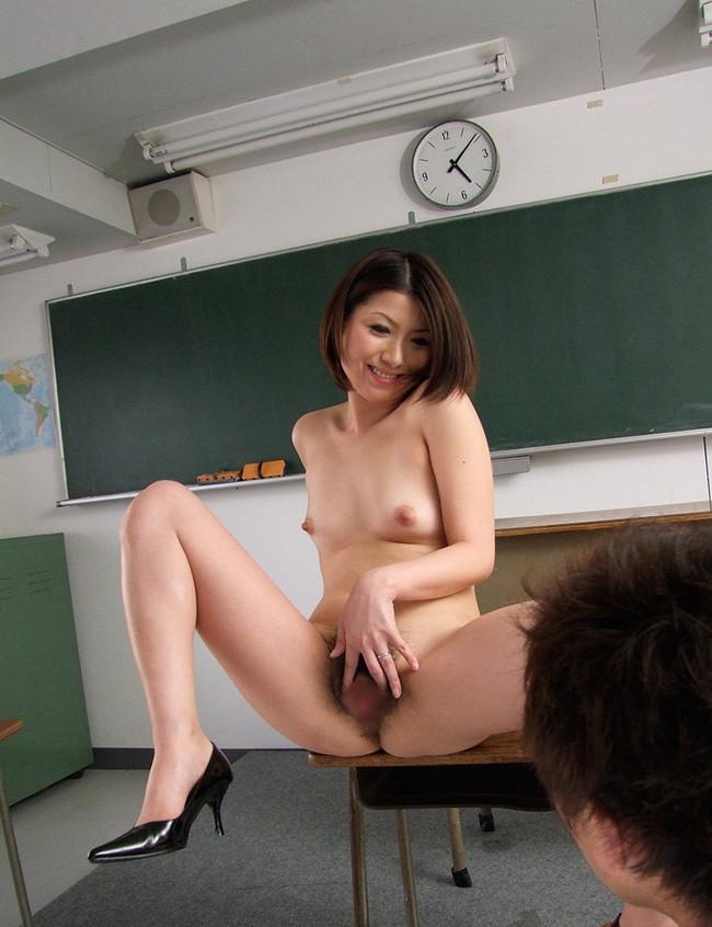 【おっぱい】教職という立場にありながら教え子とスケベ行為に励んでる女教師のエロ画像!【30枚】 12