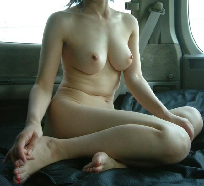 【おっぱい】車の中でおっぱいを晒しちゃってるお姉さんのエロ画像!【30枚】 08