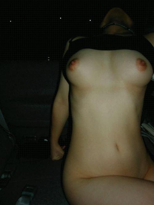 【おっぱい】車の中でおっぱいを晒しちゃってるお姉さんのエロ画像!【30枚】 29