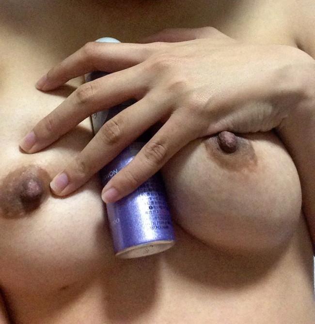 【おっぱい】ペニス以外のものをおっぱいに挟んでいる擬似パイズリのエロ画像!【30枚】 24