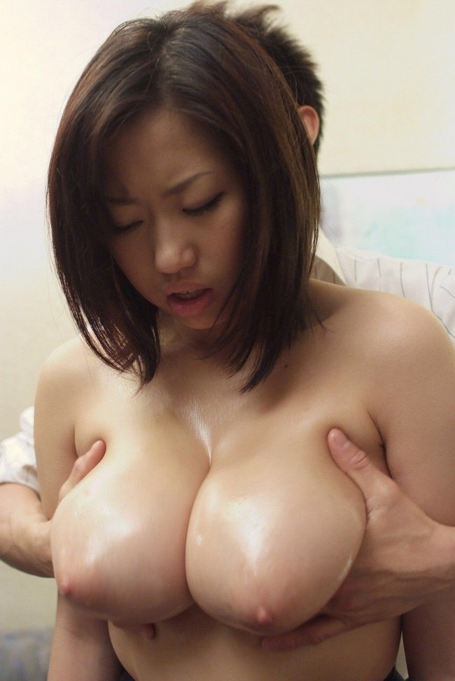 【おっぱい】様々な姿勢で女の子のおっぱいを揉みまくっているエロ画像!【30枚】 14