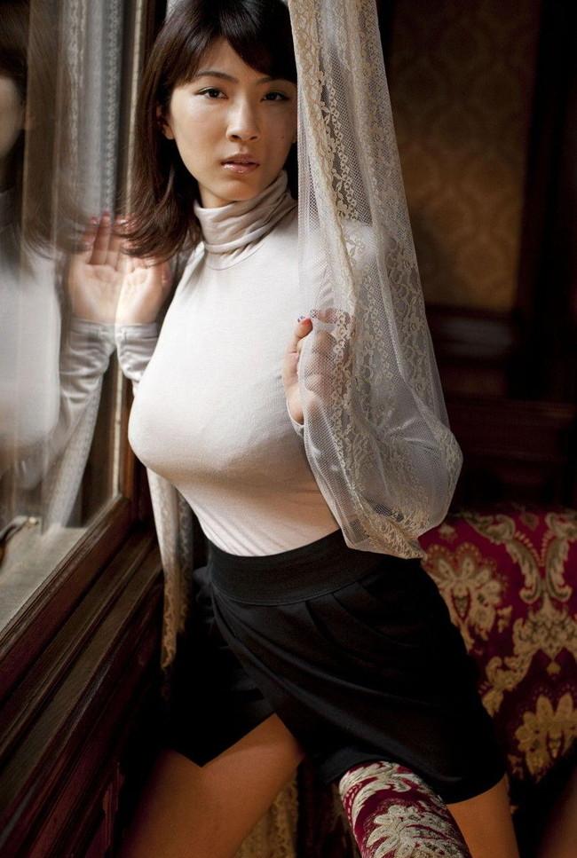 【おっぱい】街なかで見かけたら絶対目が行っちゃう着衣巨乳のエロ画像【30枚】 27