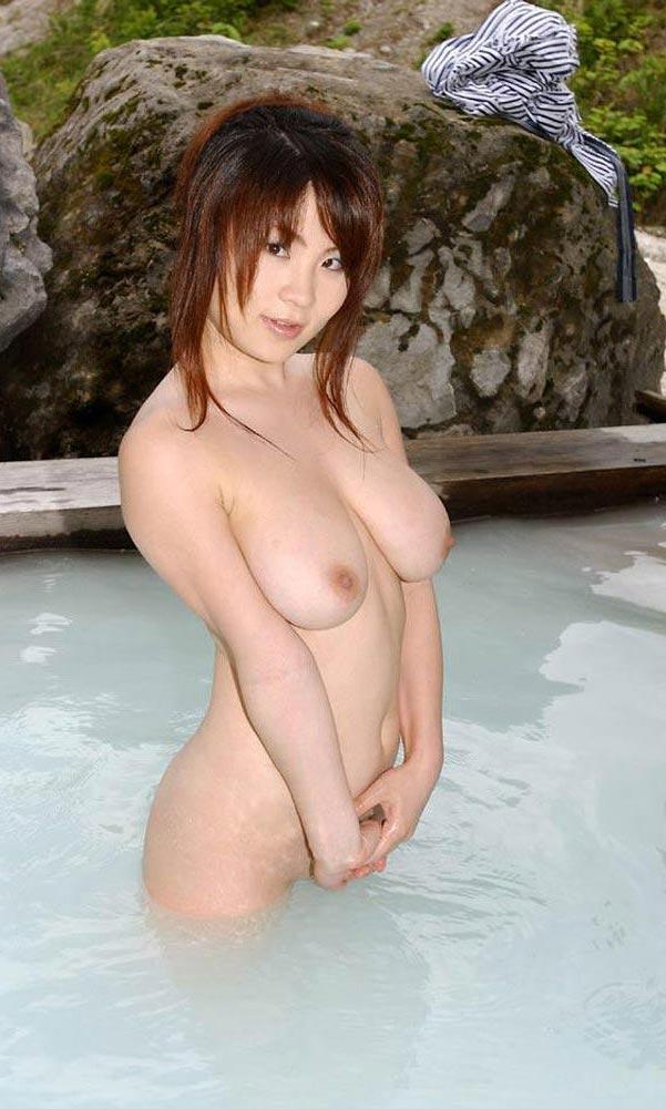 【おっぱい】温泉に浸かっている大きなおっぱいのお姉さんのエロ画像【30枚】 01