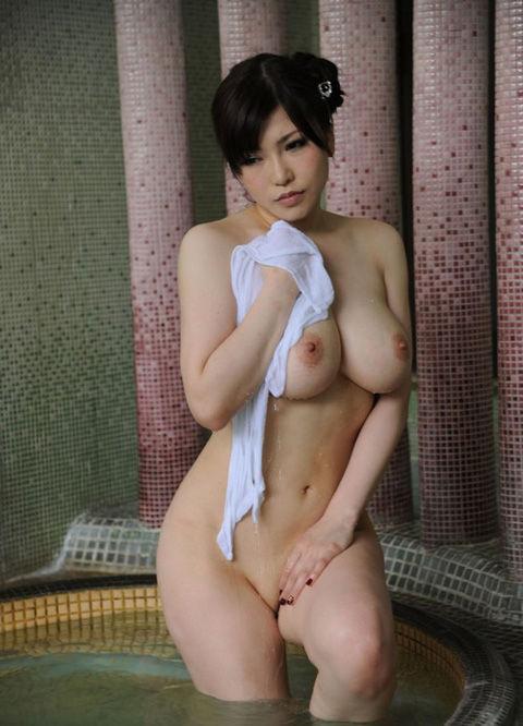 【おっぱい】温泉に浸かっている大きなおっぱいのお姉さんのエロ画像【30枚】 21