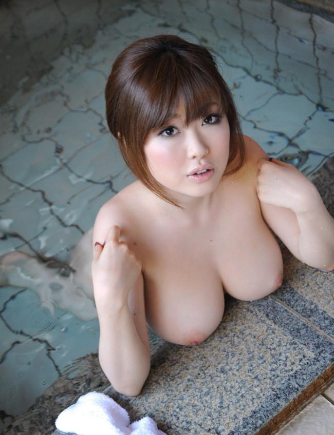 【おっぱい】温泉に浸かっている大きなおっぱいのお姉さんのエロ画像【30枚】 24