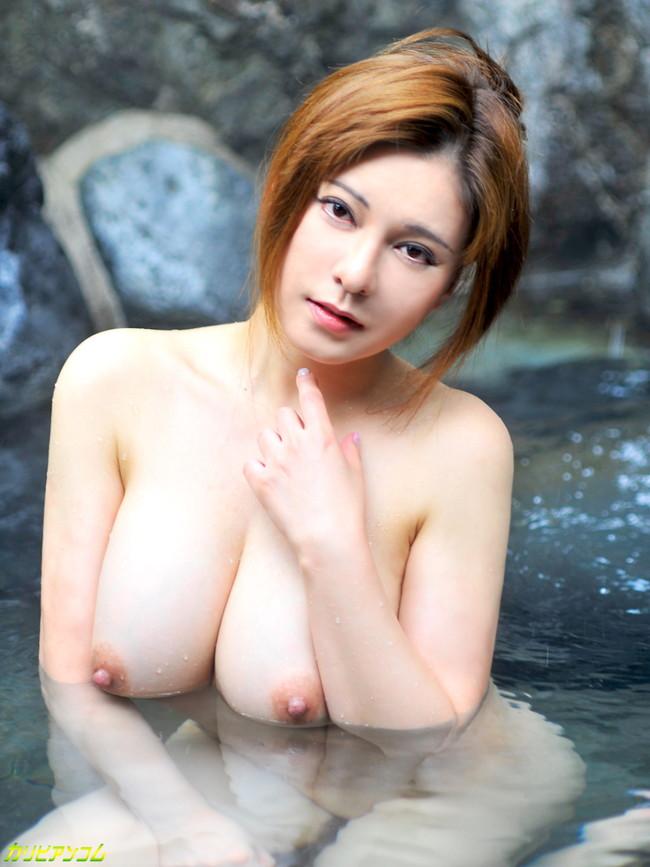 【おっぱい】温泉に浸かっている大きなおっぱいのお姉さんのエロ画像【30枚】 26