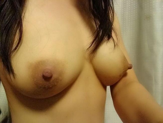 【おっぱい】乳首をビンビンに尖らせて誘ってくるお姉さんのエロ画像【30枚】 29