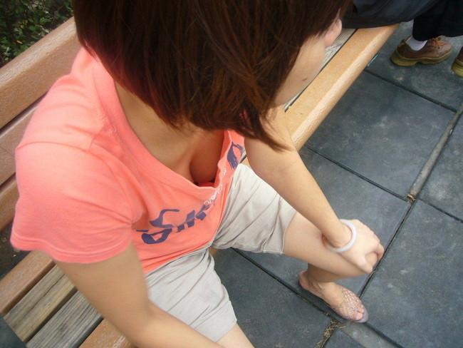 【おっぱい】胸元がガバガバの服を着ているのに無防備なお姉さんのエロ画像【30枚】 09
