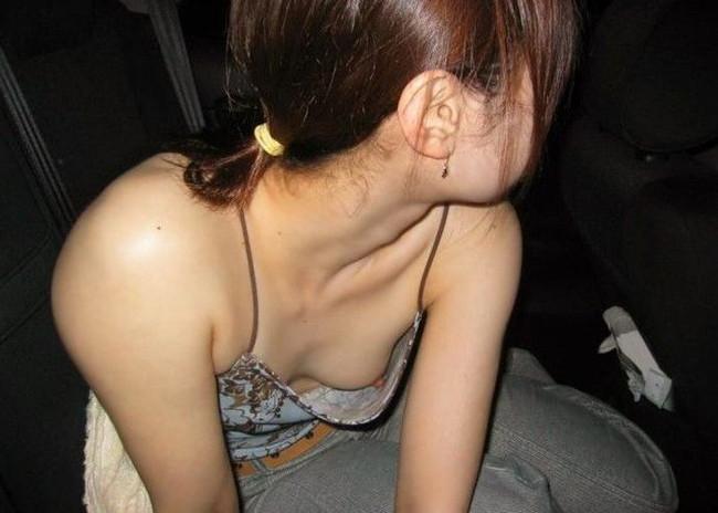 【おっぱい】胸元がガバガバの服を着ているのに無防備なお姉さんのエロ画像【30枚】 11