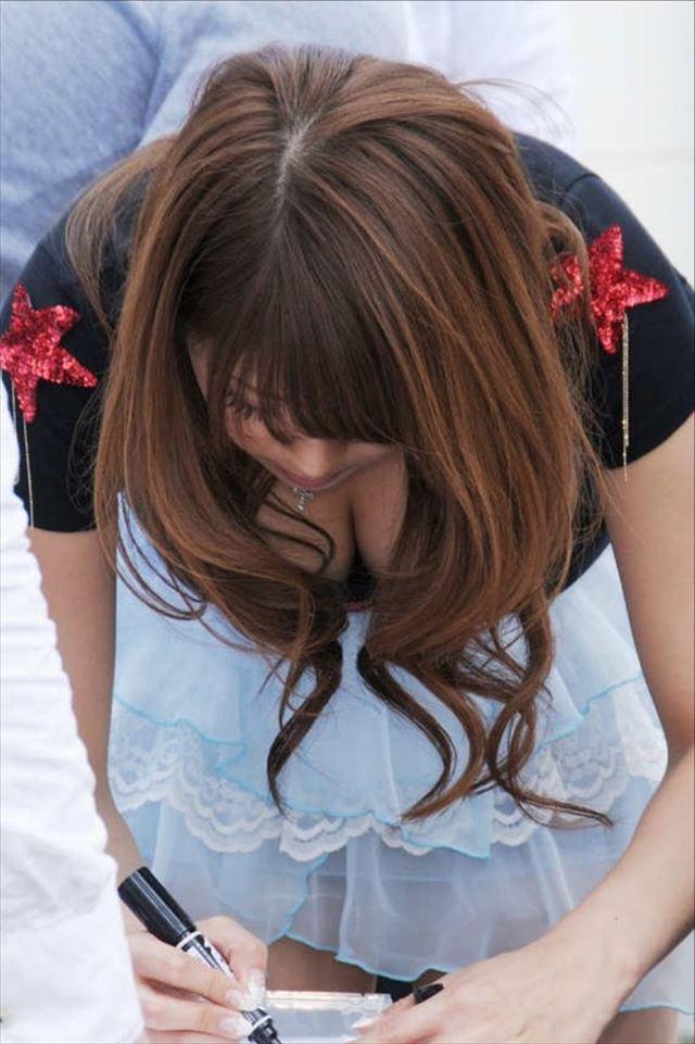 【おっぱい】胸元がガバガバの服を着ているのに無防備なお姉さんのエロ画像【30枚】 12