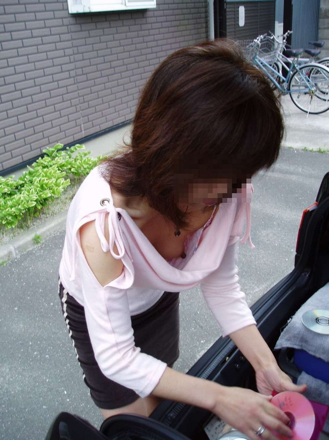 【おっぱい】胸元がガバガバの服を着ているのに無防備なお姉さんのエロ画像【30枚】 22