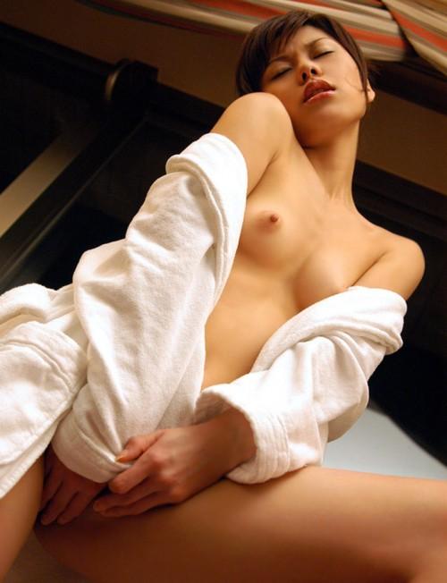 【おっぱい】バスローブからおっぱいがこぼれているお姉さんのエロ画像【30枚】 04