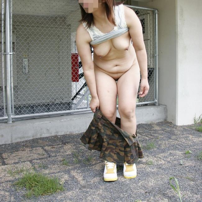 【おっぱい】屋外で堂々とおっぱいを見せつけるお姉さんのエロ画像【30枚】 05